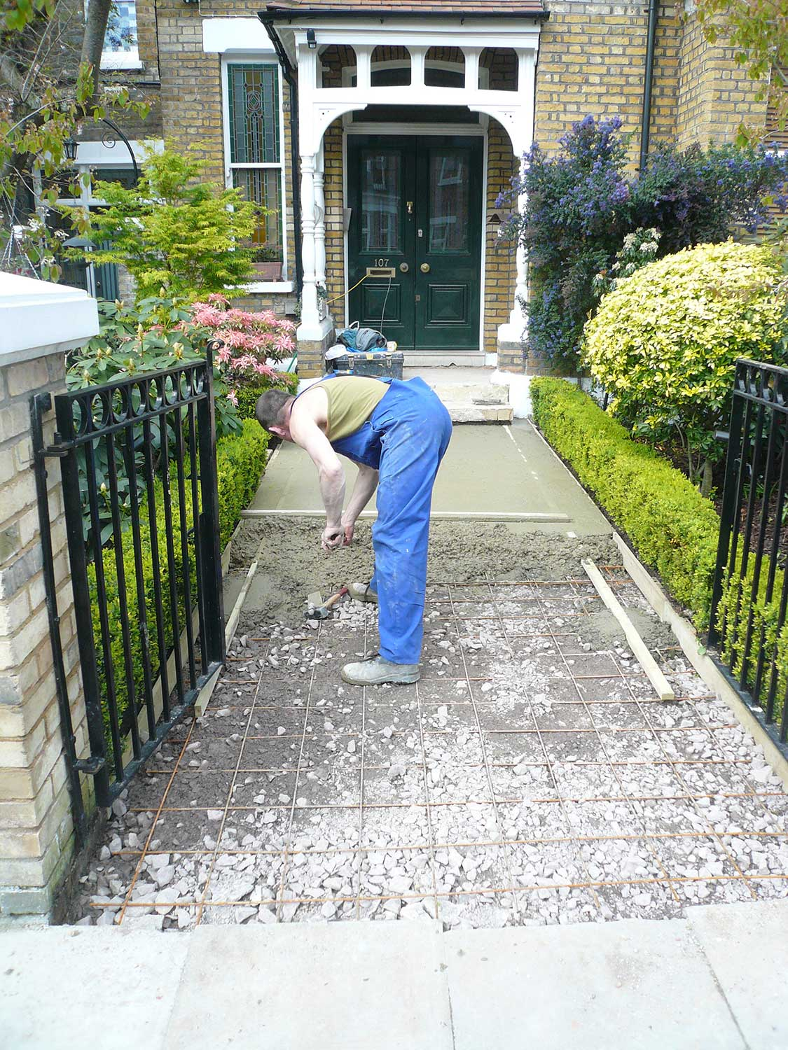 install-progress-victorian-tiling-path-garden-front-steps-exterior-black-and-white-london